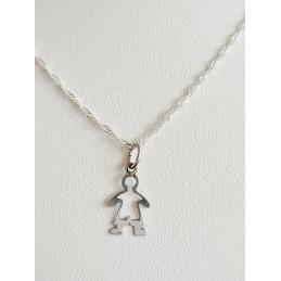Niño con cadena de plata
